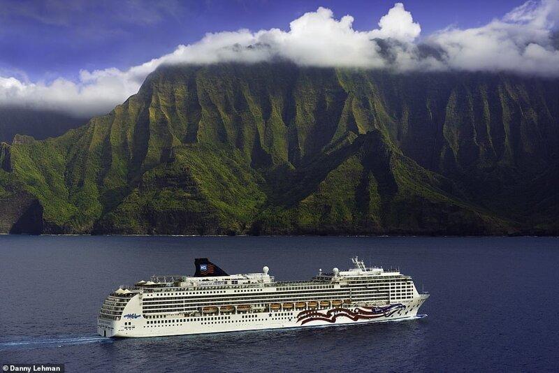 """19. Потрясающий вид на побережье Напали острова Кауаи на Гавайях и судно компании Norwegian Cruise Line, """"Pride of America"""" (""""Гордость Америки"""") красиво, красивые места, круиз, круизы, мир, паром, путешествия, фото"""
