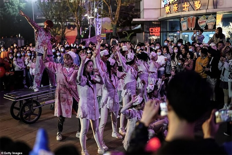 Юмор на грани: в Ухане толпы монстров вывалили на улицу Китай,Ухань,фестиваль