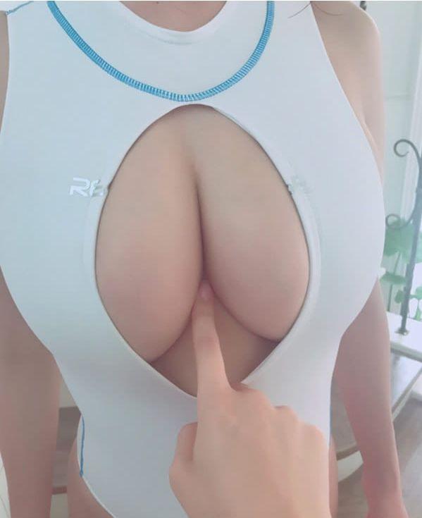 Модный японский купальник с большим вырезом на груди