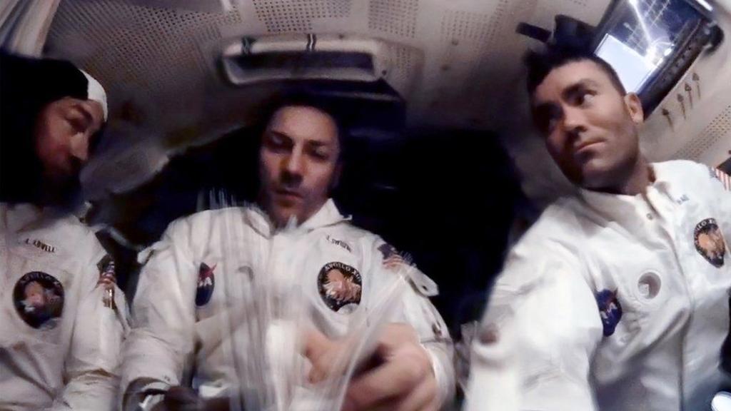 Слева направо: Ловелл, Свайгерт и Хейз готовятся к вхождению в земную атмосферу | Источник: NASA/ANDY SAUNDERS