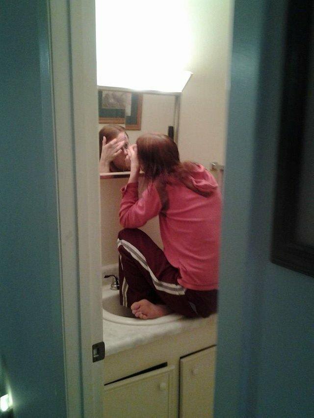 9. О селфи в зеркалах вообще и речи не идет люди маленького роста, низкие люди, прикол, смешно, трудности, фото