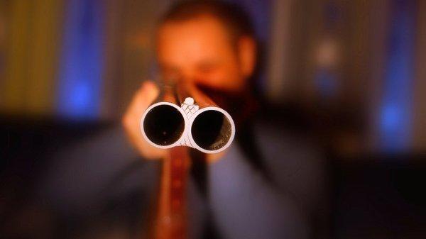 Мужчина схватил ружье и откр…
