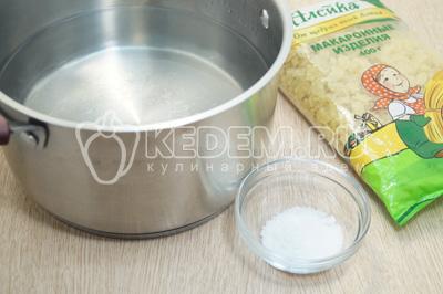 Вскипятить воду в кастрюле и посолить.