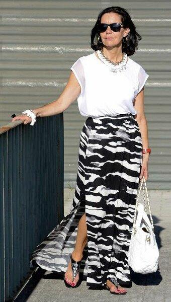 Решение для вечернего выхода: легкая блузка+юбка с разрезом+много украшений в цвет