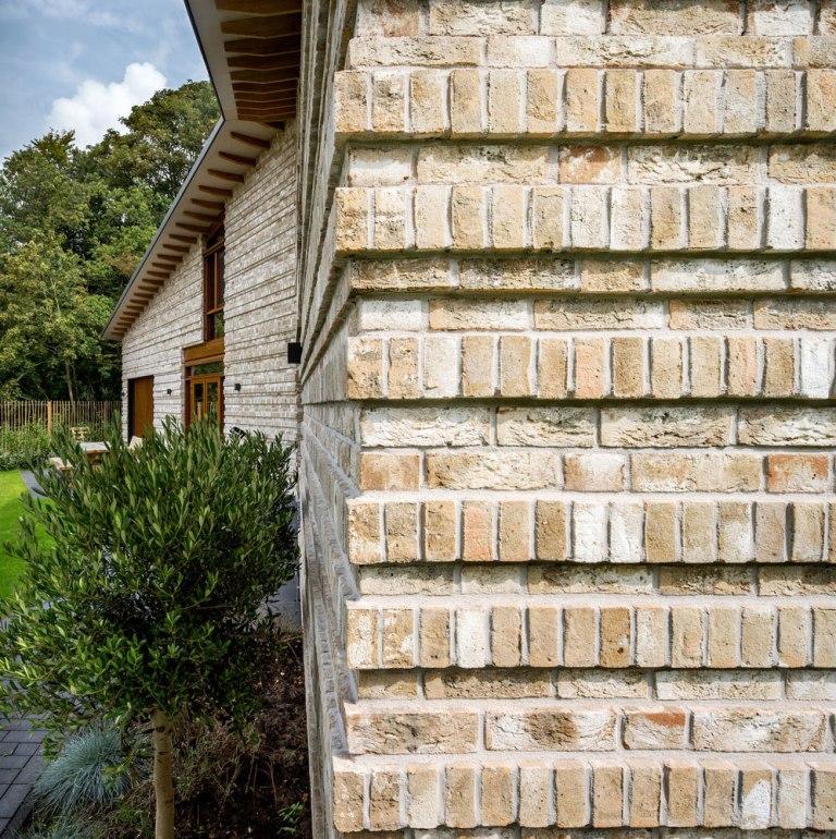 Минималистский дом с красивыми кирпичными стенами.