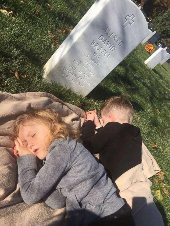 Картинки по запросу Вдова с детьми пришла на могилу погибшего мужа. Такой реакции от малышей никто не ожидал…