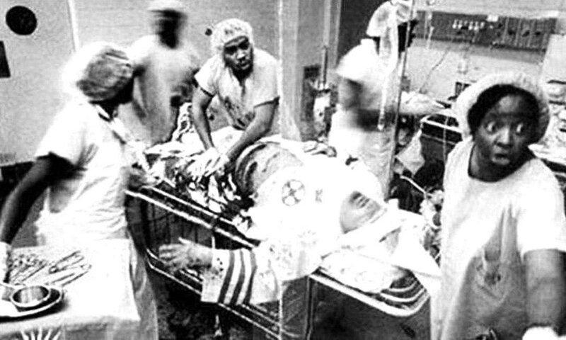 Чернокожие медики спасают жизнь раненому бойцу Ку-Клукс-Клана, который отстаивает идеи превосходства белых. жизнь, прошлое, ситуация, факт