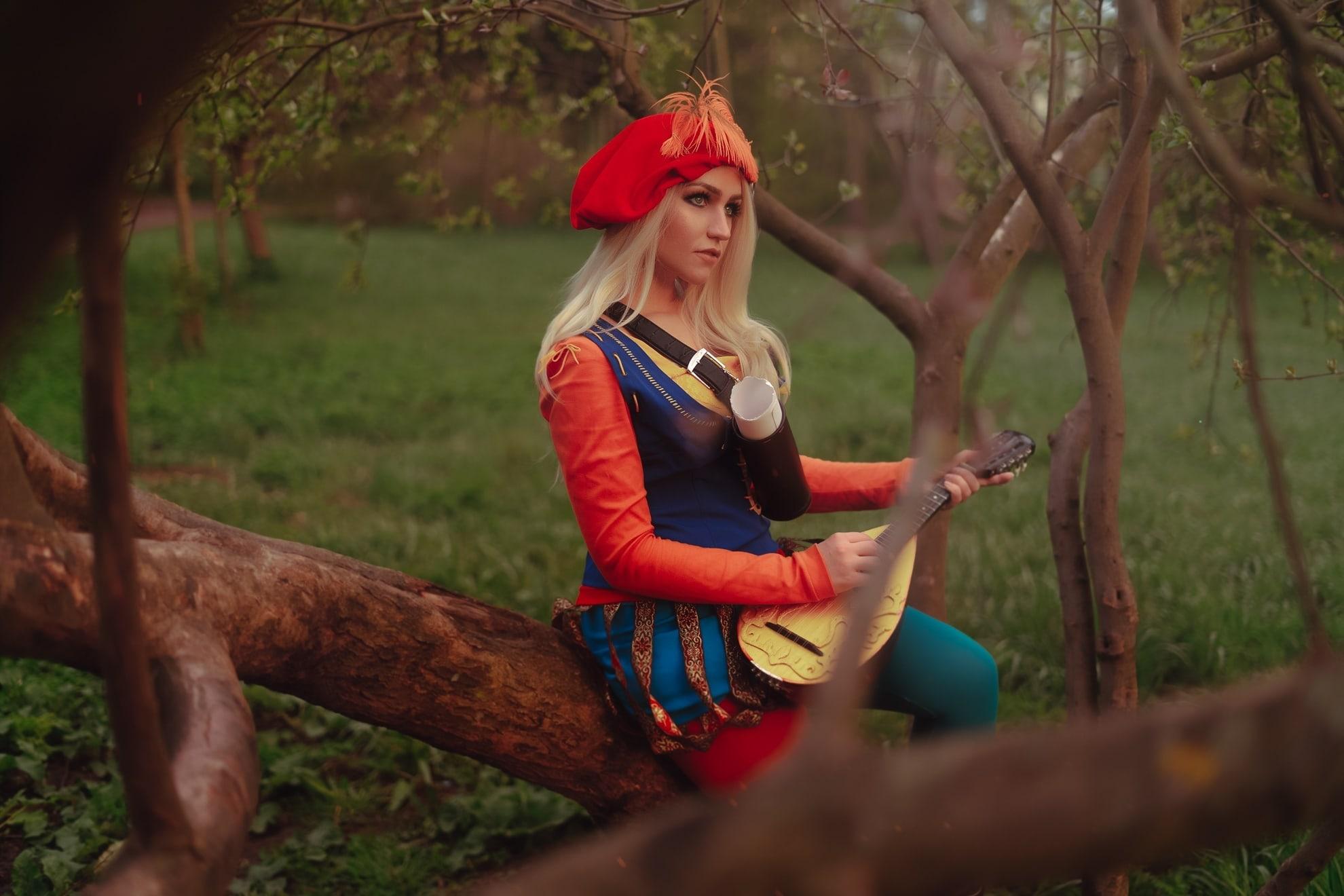 Очаровательный косплей на барда Присциллу из «Ведьмака»