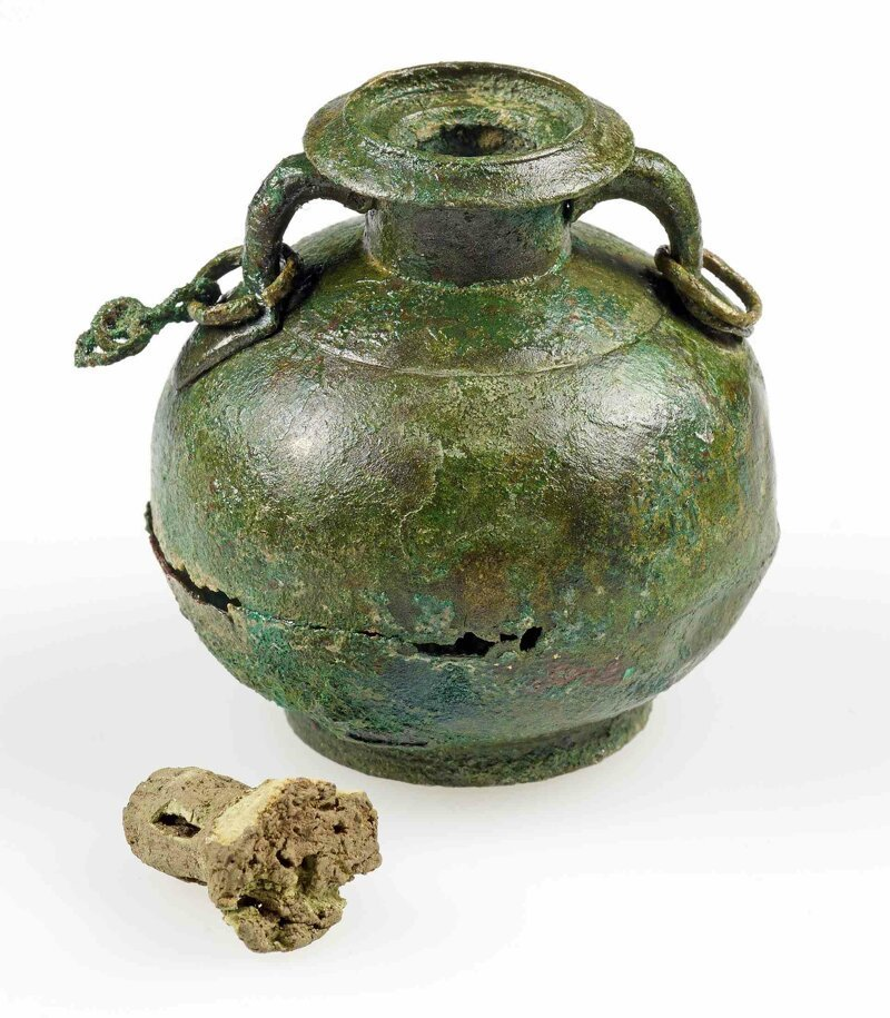 Бронзовый кувшинчик для косметического масла с пробкой, сделанной из коры пробкового дуба. Масла в нем уже нет.* археология, загадки, история, расследование