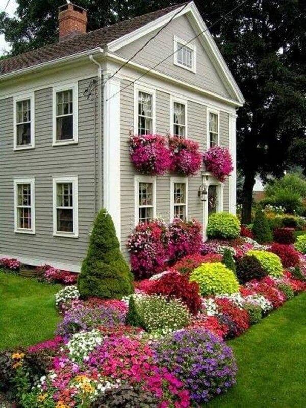 Красивый палисадник перед домом