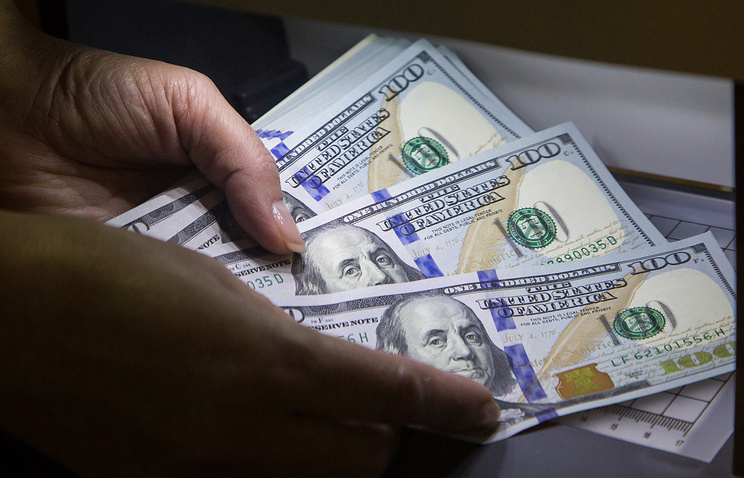 Курс доллара упал до 56 рублей впервые за месяц