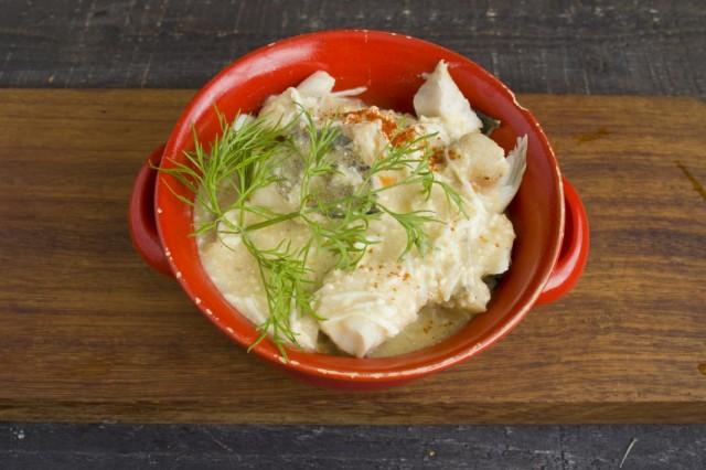 Заливаем рыбу горячим соусом, посыпаем сладкой паприкой и зеленью