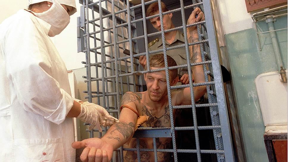 осмотр заключенных мужчин в тюрьме видео если