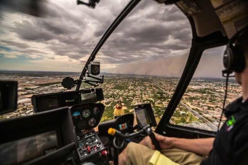 Из кабины вертолета: впечатляющие снимки песчаной бури, наступающей на город