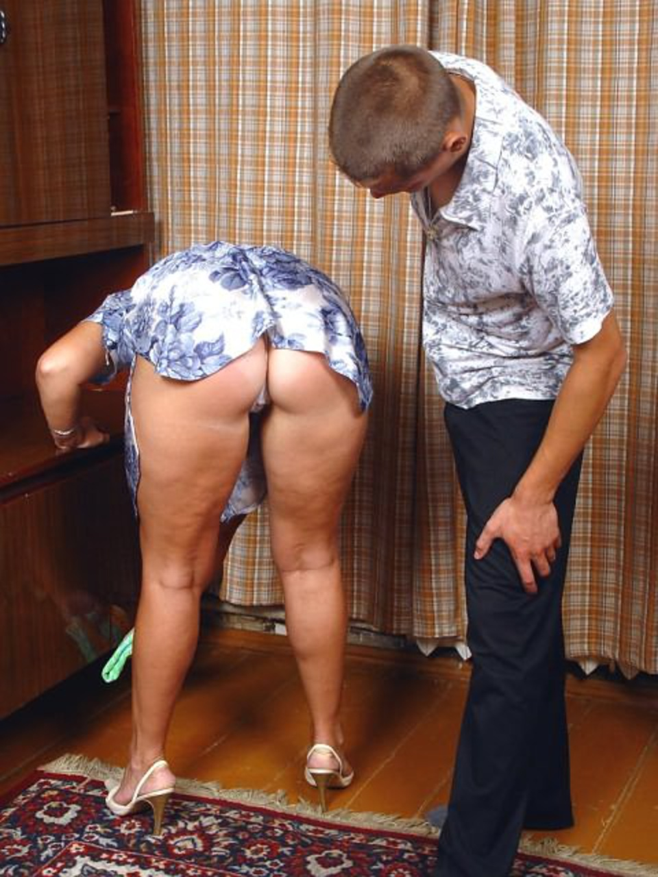 встал толстая тетка нагнулась и задрала юбку интересом следила