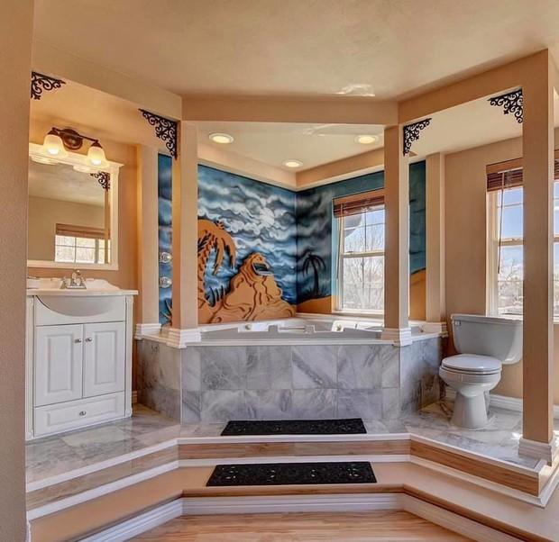 Ковры, скульптуры, хохлома: 12 ванных с адским дизайном