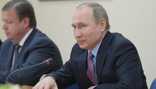 """Глава комплекса """"Вятское"""" подарил Путину огурцы собственной засолки"""