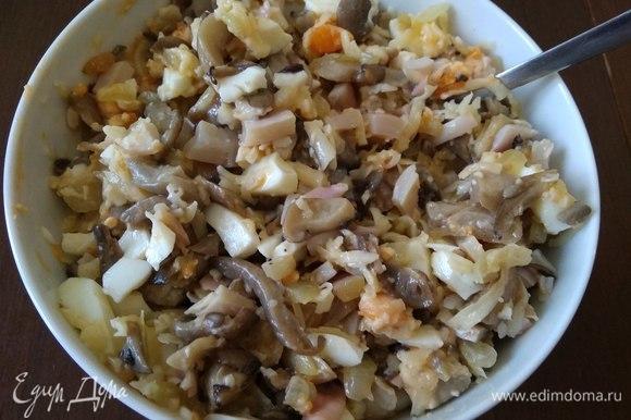 Вешенки промыть, нарезать и обжарить на сухой сковороде. Когда вода выпарится, добавить к грибам сливочное масло, мелконарезанный лук, обжарить все вместе. Добавить к начинке сваренные вкрутую яйца, тертый сыр, нарезанные остатки кальмаров. Перемешать.