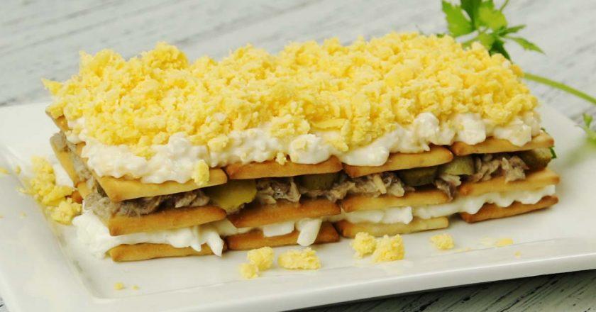 Закусочный торт салат из крекеров и рыбной консервы / праздничное меню вкусный закусочный торт - салат из крекеров с сардиной, станет украшением праздничного стола.