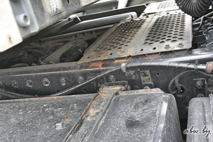 Периодически нужно подкрашивать и раму. Берем пульверизатор и, где можно подлезть, красим. грузовик, дальнобойщик, маз, надежность, ржавчина, техника, тягач, фура