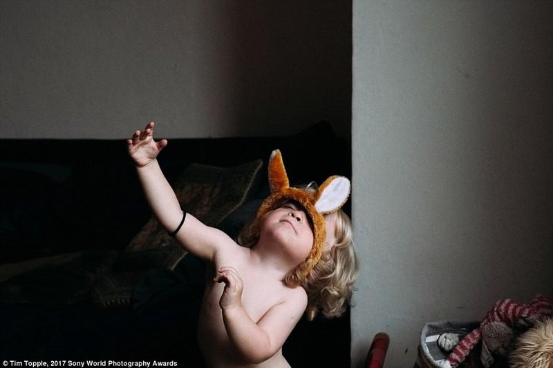 6-летняя девочка играет дома, Цешин, Польша в мире, дети, жизнь