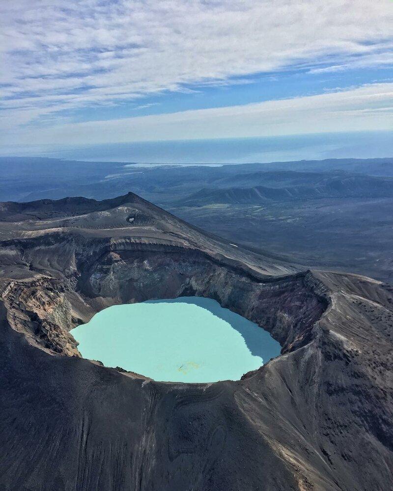 Это кислотное озеро потрясающего голубого цвета образовалось в вулканическом кратере, Камчатка, Россия катаклизмы, природа, растительность