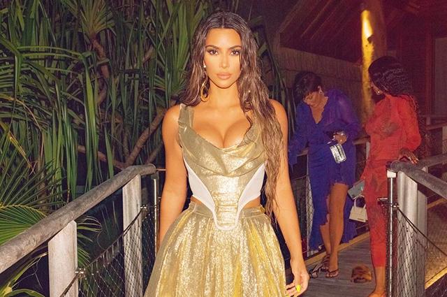 Ким Кардашьян вызвала гнев подписчиков из-за вечеринки на частном острове в разгар пандемии: мемы и реакция в сети