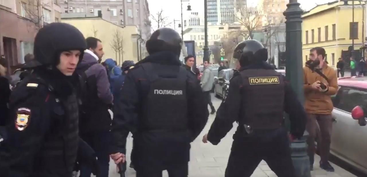 Митинг ценою в жизнь: Избитый демонстрантами в Москве полицейский не умер по дороге в больницу