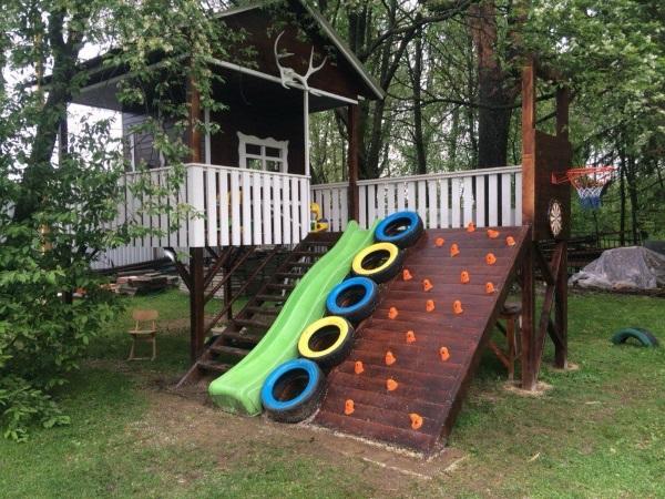 Дизайн двора в деревне с детской площадкой - фото