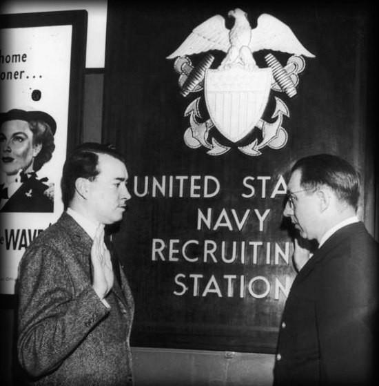 Уильям Патрик Гитлер, племянник Адольфа Гитлера, принимает присягу при поступлении на службу в ВМФ США, 1944 год. было, история, фото