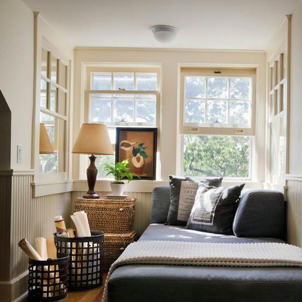 Окна в спальной комнате можно использовать по максимуму ведь они зрительно помогут увеличить пространство, а еще каждое утро, солнышко будет будить хозяев нежными лучами