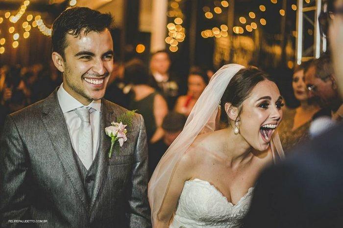 Большинство невест пришло бы в ярость, но только не Марилия, вместо этого она начала от всей души смеяться гость, милота. добро, невеста, собака. свадьба. животные