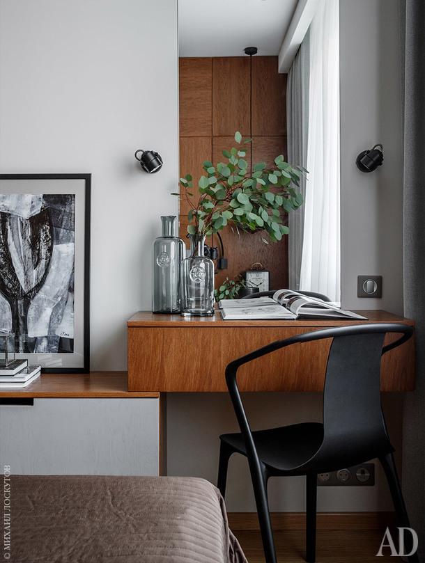 Фрагмент спальни. Туалетный столик и консоль сделаны по эскизам архитектора. Фрагмент работы Софии Пятницкой (галерея Smart).