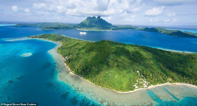 7. Небольшой лайнер компании Regent Seven Seas Cruises для 700 пассажиров проплывает через острова Таити красиво, красивые места, круиз, круизы, мир, паром, путешествия, фото