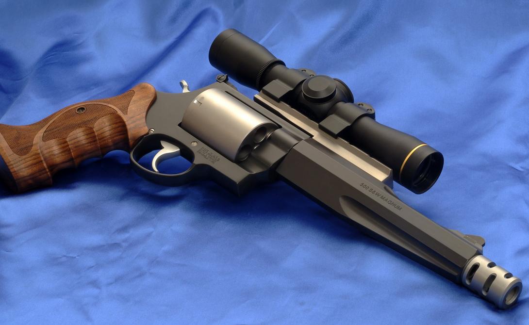 Smith & Wesson.500 S&W Magnum Имя этого производителя оружия известно даже детям. Револьверами Smith & Wesson пользовались на американском фронтире, а сейчас они активно эксплуатируются полицией: несмотря на обилие автоматических конкурентов, эти револьверы с мощным стволом пользуются большой популярностью.