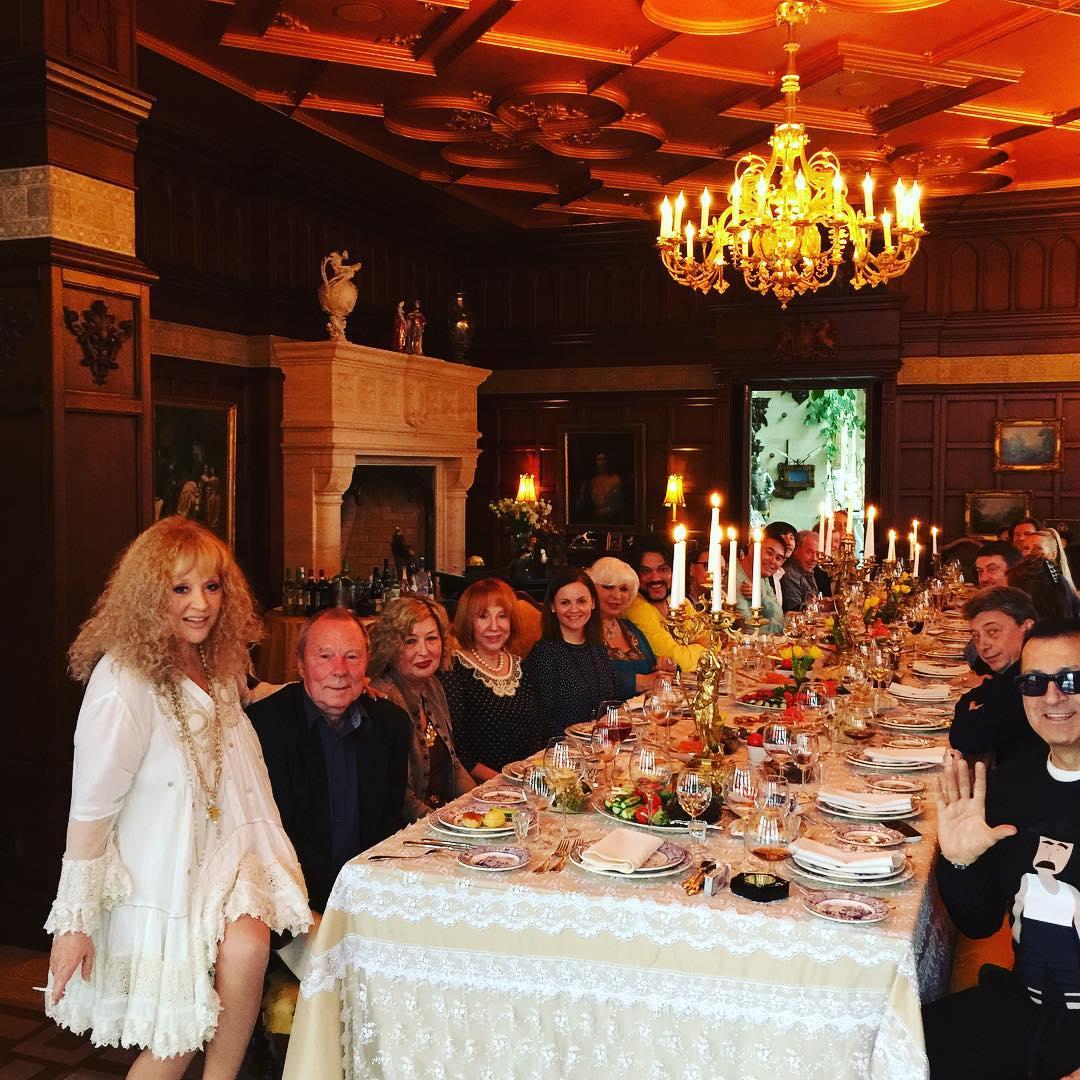 Фото за столом у знаменитостей