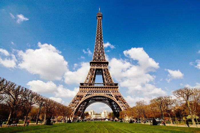Современный вид Эйфелевой башни (Париж).