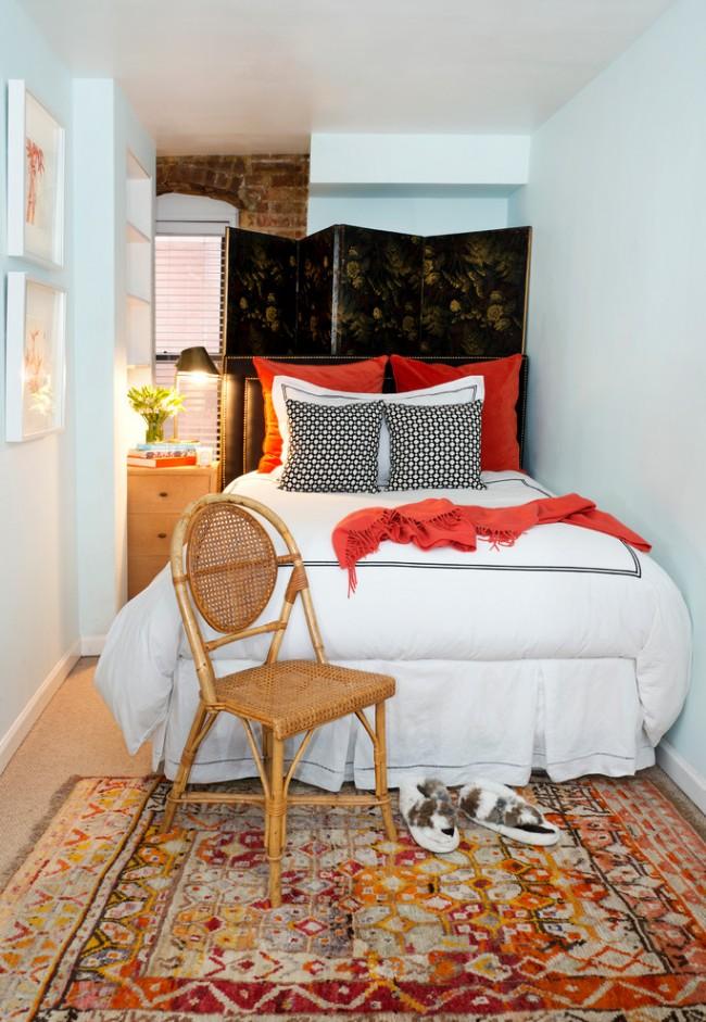 Яркие акценты в виде подушек, ковров на полу или мебели будут отлично сочетаться с нейтральной отделкой стен в светлых тонах или же кирпичной стеной