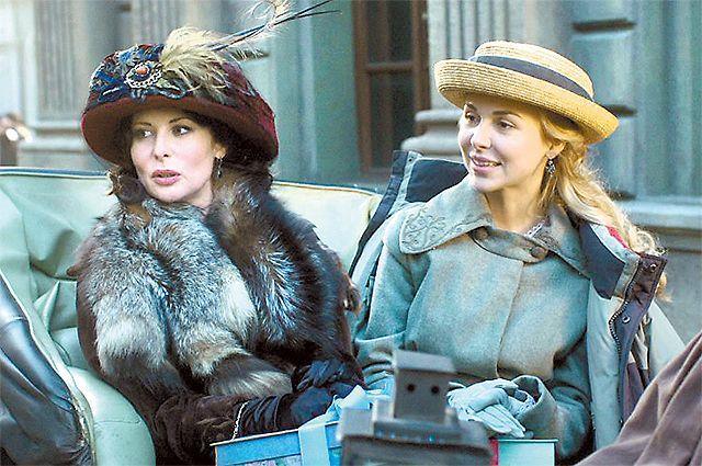 Актриса Ольга Погодина (слева) в сериале «Легенда Феррари» в роли советской разведчицы.