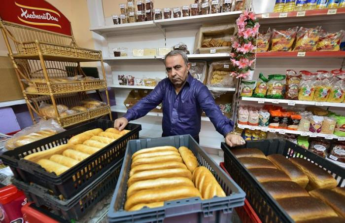 Армянский коммерсант много лет раздает бесплатный хлеб пенсионерам в российской глубинке