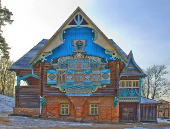 Старинные русские дома с резными наличниками и фронтонами