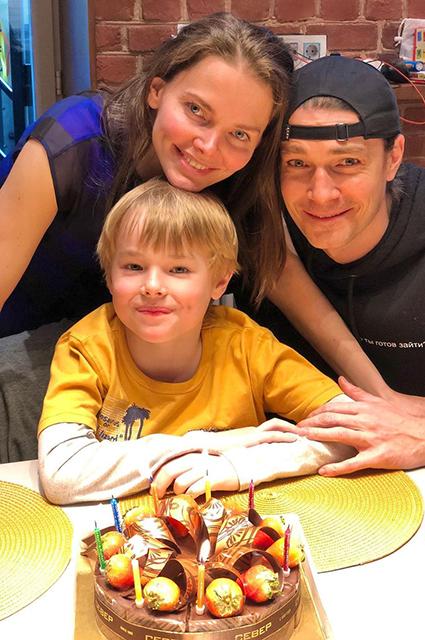 Елизавета Боярская опубликовала новое фото с мужем Максимом Матвеевым в честь двухлетия их сына Гриши Звездные пары