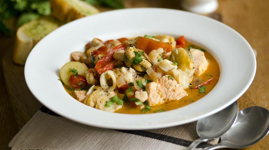 Рыбный суп по-гречески: рецепт Джейми Оливера крупно, очистите, минут, какавья, кастрюлю, огонь, погречески, похлебка, нарежьте, сельдерея, веточки, зелень, пучок, чтобы, убавьте, стать, мягкими, овощи, добавьте, свежего