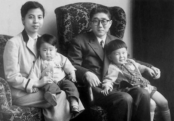 Синдзо Абэ, премьер-министр Японии Меркель, Трамп, детство, история, медведев, путин, юность