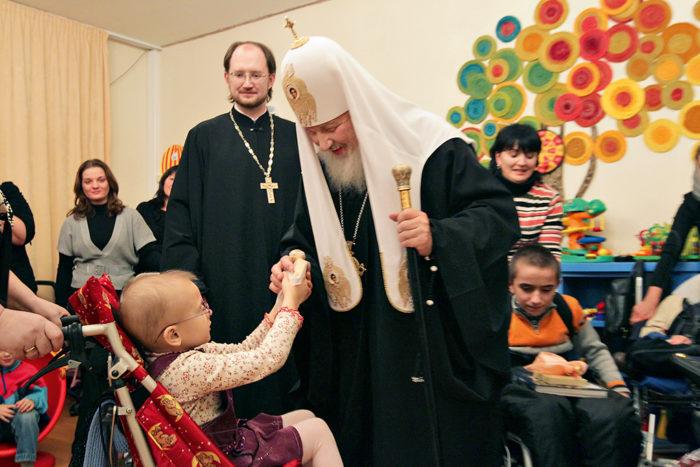 Святейший Патриарх Кирилл общается с подопечными детского хосписа в Санкт-Петербурге. 20 ноября 2010 года