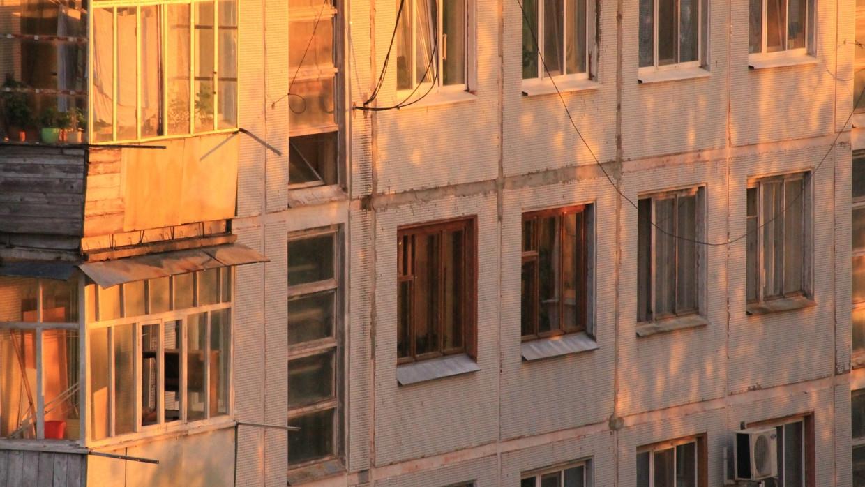 В Новосибирске из окна четвертого этажа выпал двухлетний ребенок Происшествия