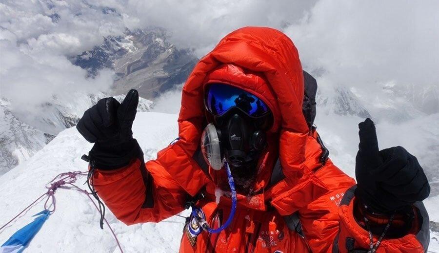 Врач описал, что происходит с организмом в «зоне смерти» на Эвересте