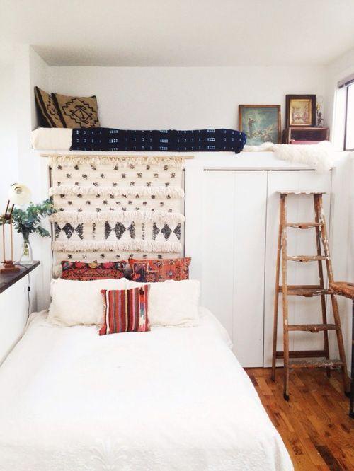 Создать теплый и уютный интерьер, который еще и станет воплощением того или иного стилистического направления, даже в небольшой спальне