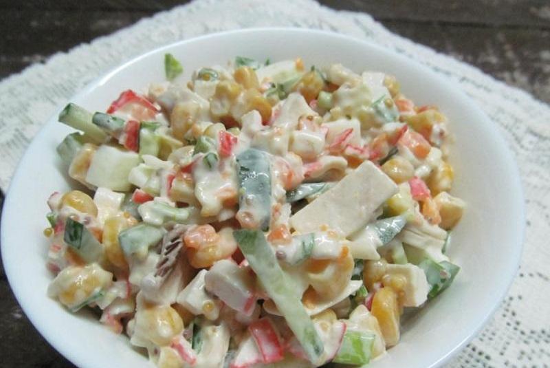 как приготовить салат с грибами и крабовыми палочками