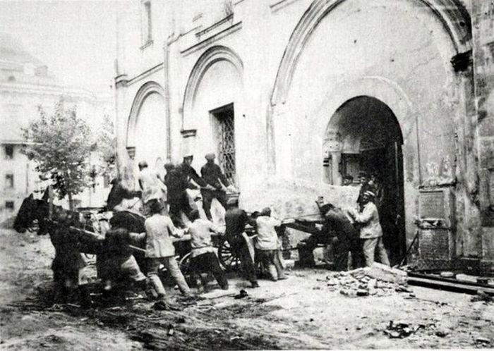 Перенесение останков великих княгинь и цариц перед разрушением Вознесенского монастыря.
